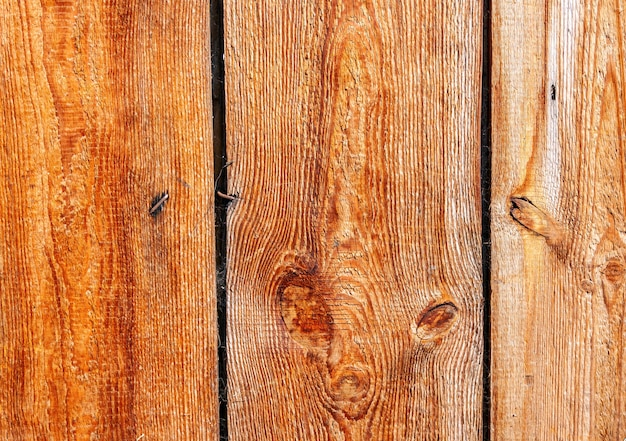 Surowe niepolerowane deski mają kolor jasnobrązowy. naturalne tło dla stylu rustykalnego