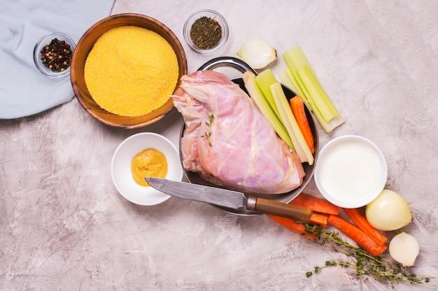 Surowe nogi królika i składniki na obiad