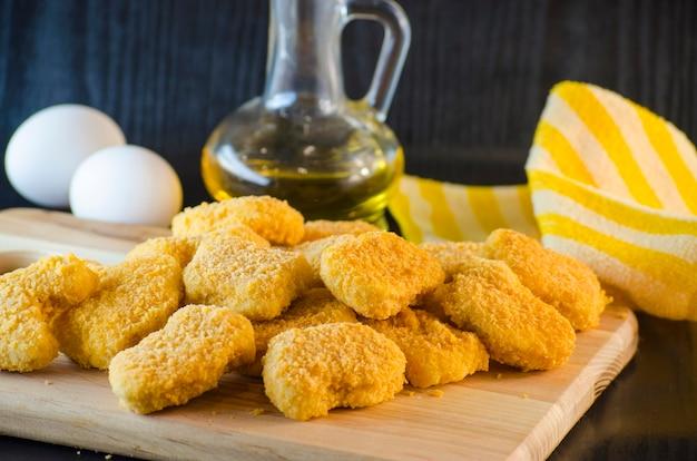 Surowe nuggetsy z kurczaka w proszku są już gotowe do gotowania