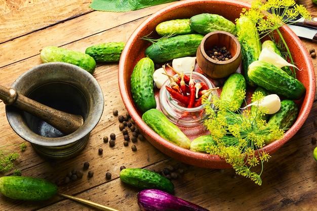 Surowe ogórki i składniki do gotowania ogórków kiszonych