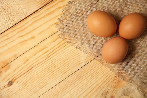 Surowe organiczne brązowe jajka