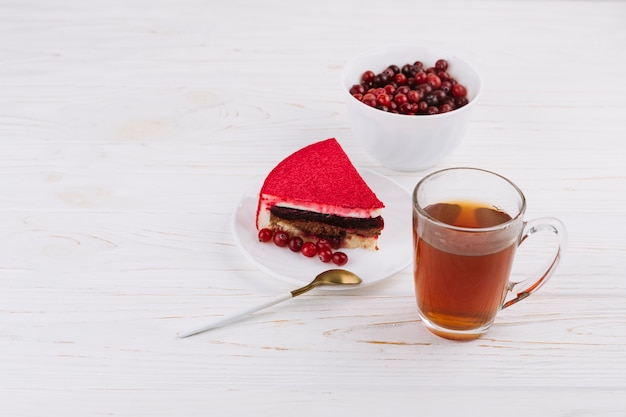 Surowe organiczne czerwone porzeczki jagody i ciasto plastry z ziołowej filiżanki herbaty