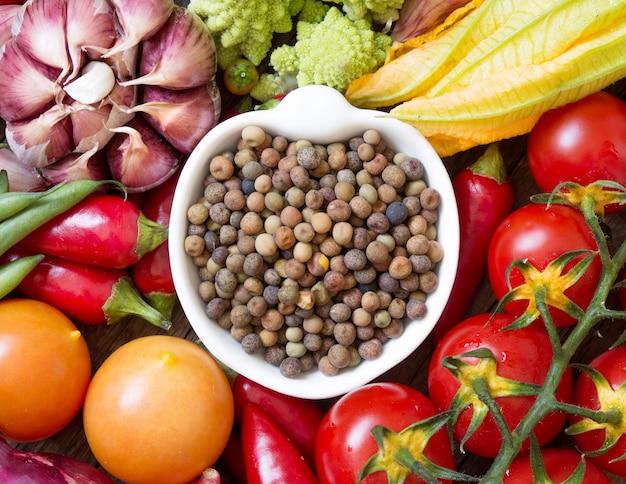 Surowe organiczne fasolki roveja i warzywa