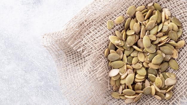 Surowe organiczne nasiona dyni. miejsce na tekst. widok z góry