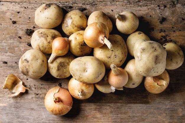 Surowe organiczne ziemniaki