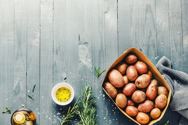 Surowe organicznie grule z pikantność na drewnianym stołowym copyspace