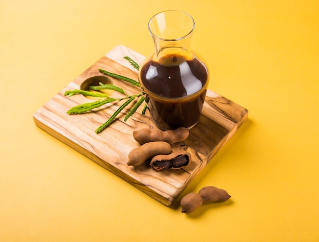 Surowe owoce tamaryndowca z sosem lub puree w szklanym słoju, imli chutney w języku hindi
