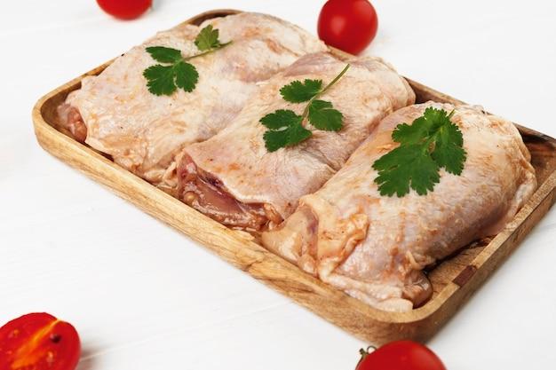 Surowe piersi z kurczaka marynowane na desce