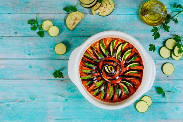 Surowe pokrojone warzywa w sosie gotowe do gotowania ratatouille.