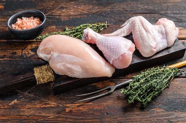 Surowe porcje kurczaka do gotowania i grillowania z piersiami bez skóry, udkiem i skrzydełkami