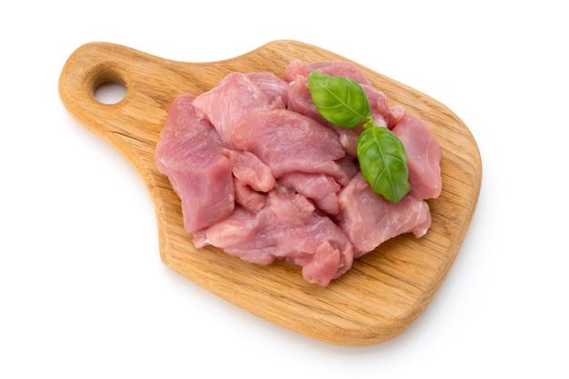 Surowe posiekane kawałki mięsa wołowego na białym tle wyciąć.