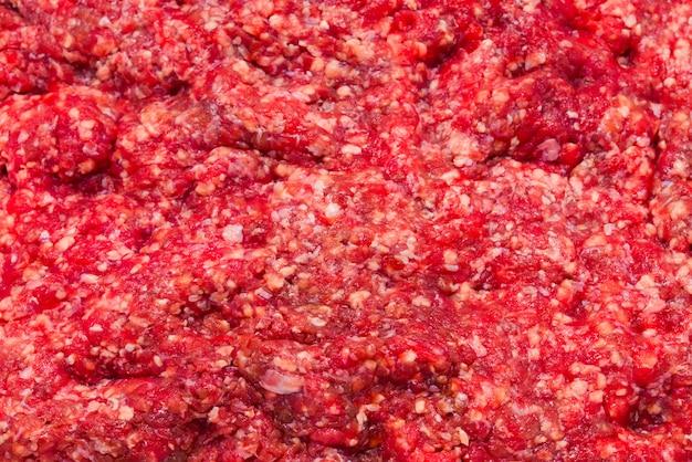 Surowe posiekane mięso na białym tle