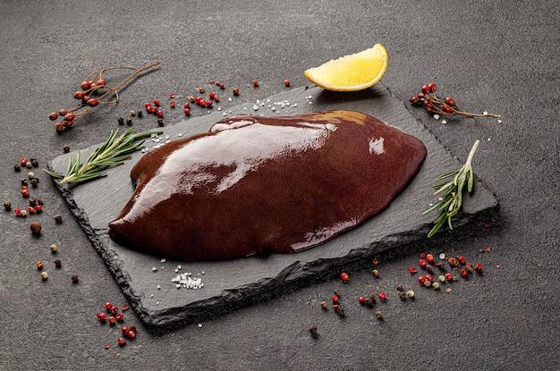 Surowe produkty mięsne, różne części ciała