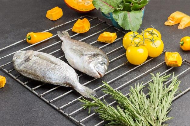 Surowe ryby dorado na grillu.