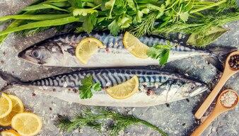 Surowe ryby makreli. Selektywna ostrość. Jedzenie i picie.