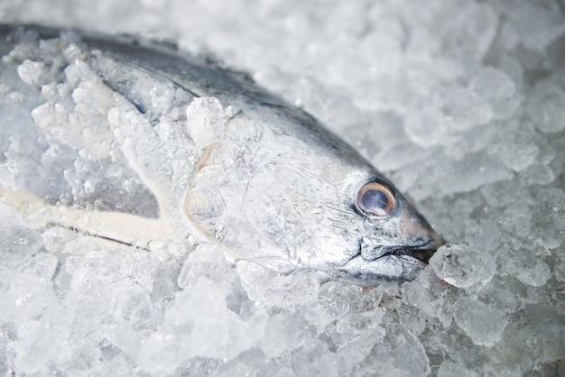 Surowe ryby owoce morza na lodzie