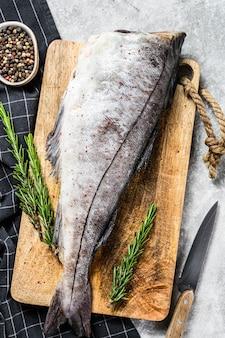 Surowe ryby plamiaka na desce do krojenia