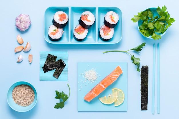 Surowe ryby sushi rolki z sosem sojowym na stole