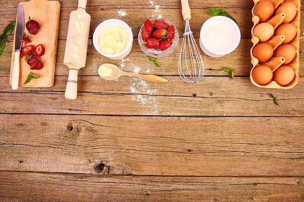 Surowe składniki do gotowania ciasta truskawkowego lub ciasta