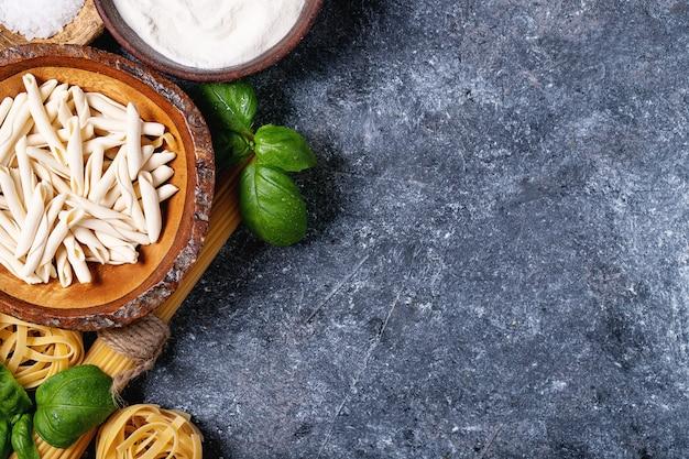 Surowe składniki do gotowania makaronu