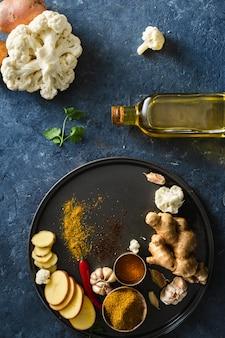 Surowe składniki gotuje aloo gobi indyjskie jedzenie