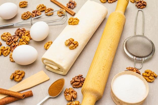 Surowe składniki na ciasto orzechowe. pieczenia koncepcja gotowania na powierzchni kamienia.