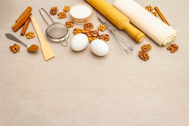 Surowe składniki na ciasto orzechowe. wypiekowy pojęcia kucharstwo na kamień powierzchni, kopii przestrzeń.