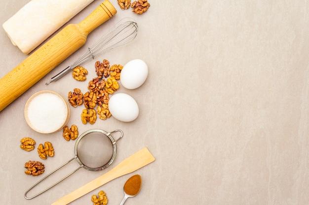 Surowe składniki na ciasto orzechowe. wypiekowy pojęcia kucharstwo na kamień powierzchni, odgórny widok, kopii przestrzeń.