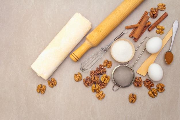 Surowe składniki na ciasto orzechowe. wypiekowy pojęcia kucharstwo na kamień powierzchni, odgórny widok.