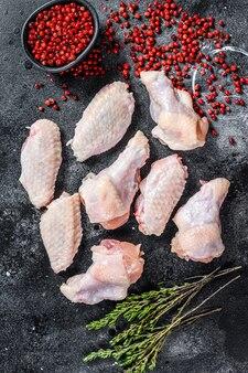 Surowe skrzydełka z kurczaka, ekologiczne mięso drobiowe