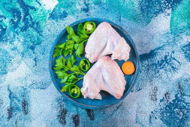 Surowe skrzydełka z kurczaka gotowe do gotowania