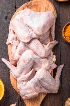 Surowe skrzydełka z kurczaka ze składnikami do gotowania