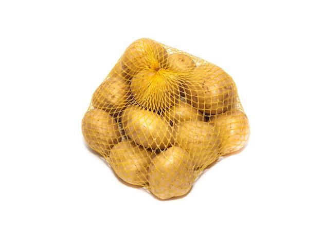 Surowe słodkie ziemniaki w siatkowym worku na białym tle