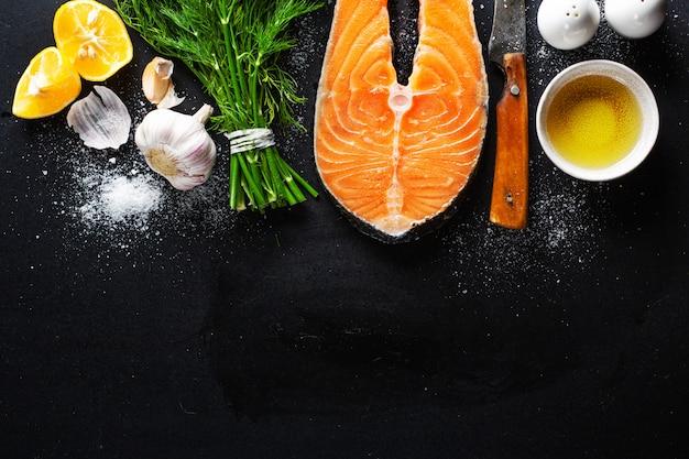 Surowe steki rybne ze składnikami