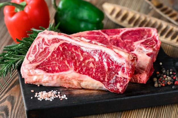 Surowe steki wołowe z przyprawami