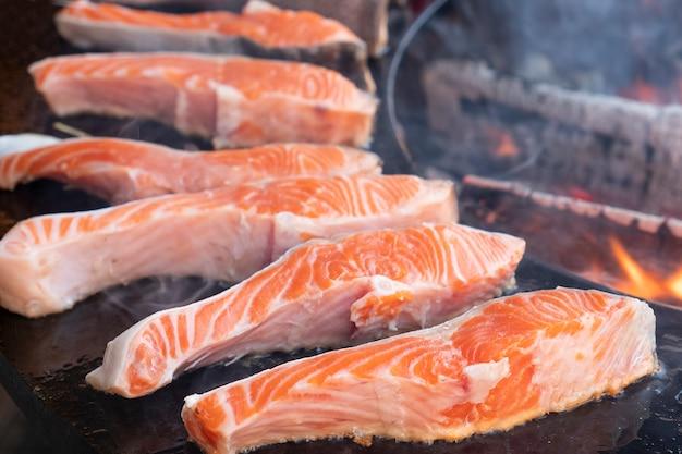Surowe steki z łososia na grillu