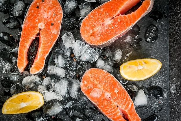 Surowe steki z łososia na lodzie