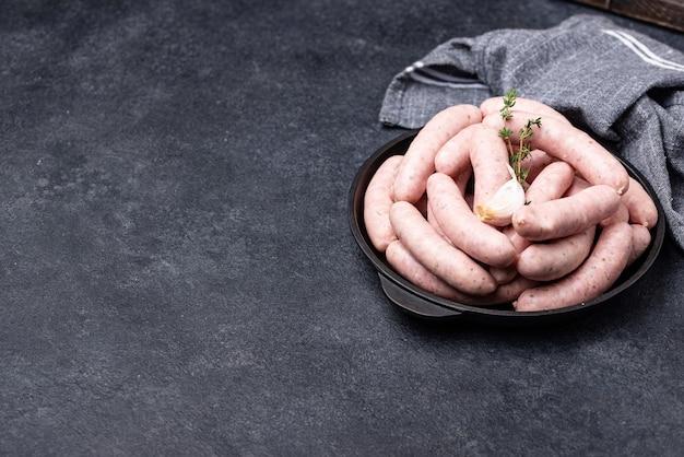 Surowe surowe kiełbaski z grilla