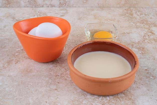 Surowe świeże jaja kurze na powierzchni marmuru