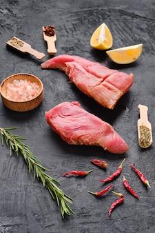 Surowe świeże kawałki fileta z tuńczyka z przyprawami