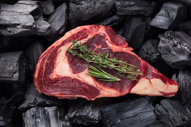 Surowe świeże mięso stek ribeye.