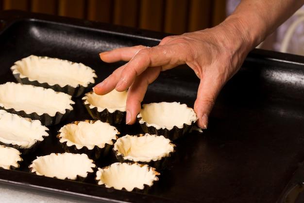 Surowe tartaletki na blasze piekarnika