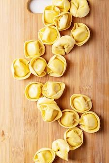 Surowe tradycyjne włoskie ravioli