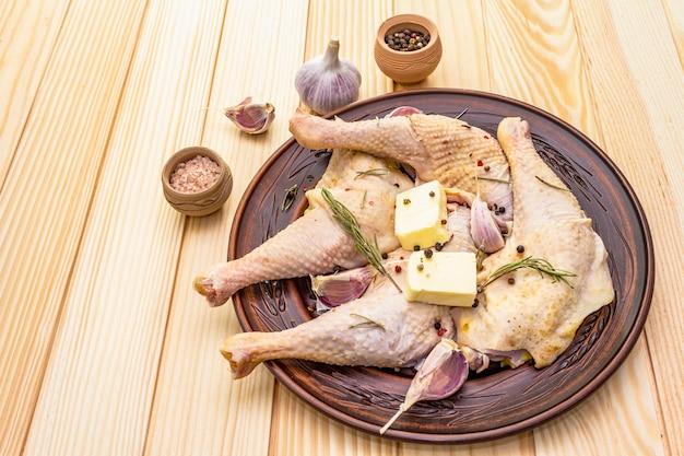 Surowe udka z kurczaka. świeży składnik bio do przygotowania tradycyjnej żywności