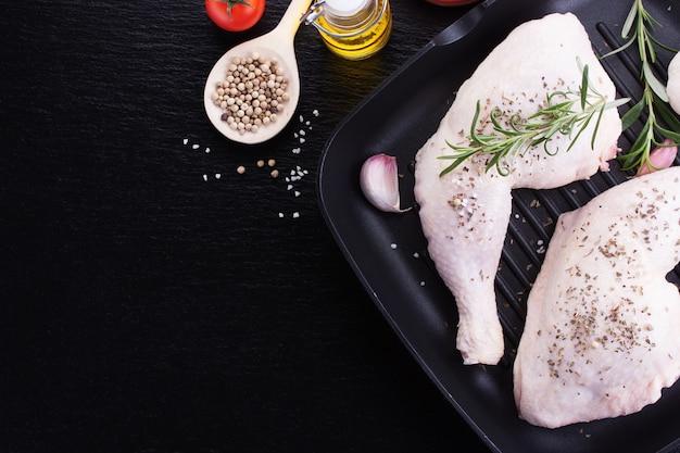 Surowe udka z kurczaka z ziołami