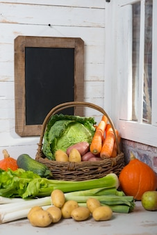 Surowe warzywa do gotowania pot-au-feu z tablicą