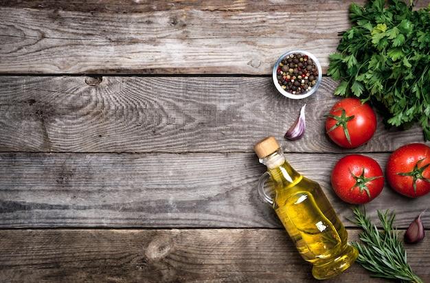 Surowe warzywa ekologiczne ze świeżymi składnikami do zdrowego gotowania na vintage
