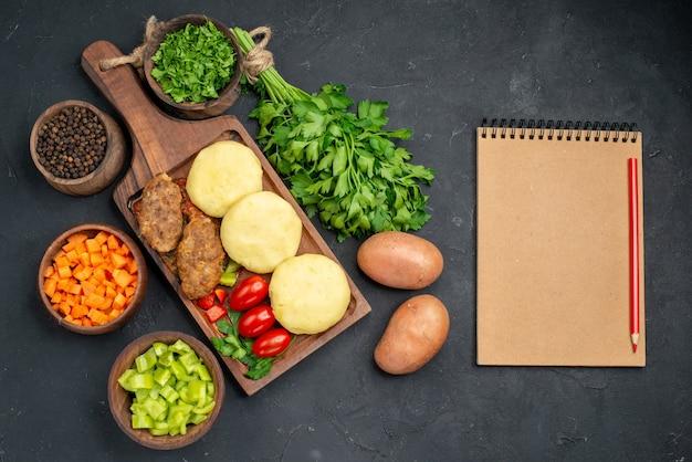 Surowe warzywa na brązowej desce do krojenia
