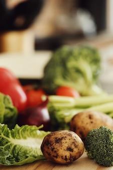 Surowe warzywa na desce
