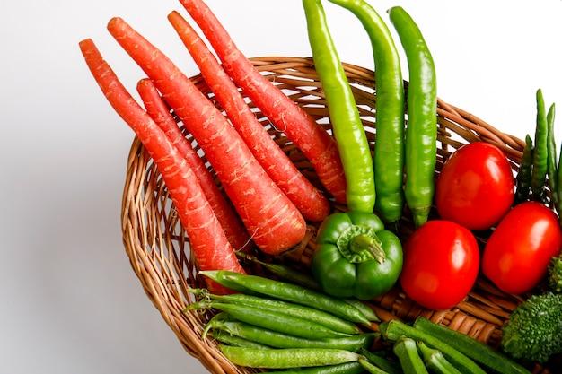 Surowe warzywo w drewnianym koszu